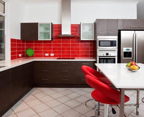 красный-фартук-на-кухне