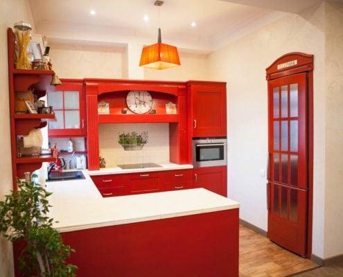 кухня-в-английском-стиле-красная