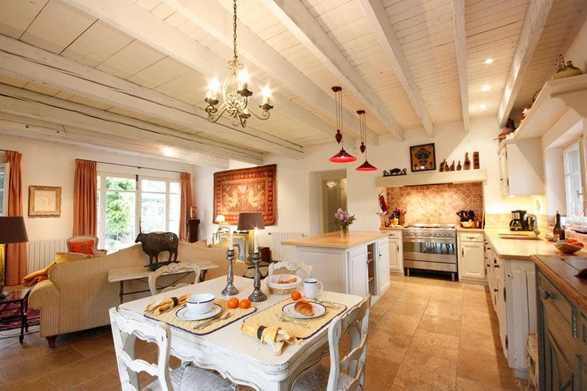 кухня-прованс-потолок