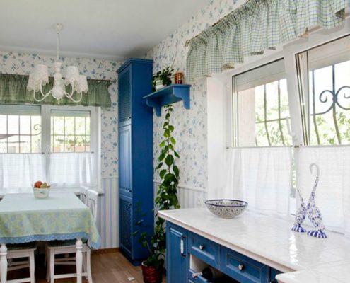 английские-шторы-на-кухне