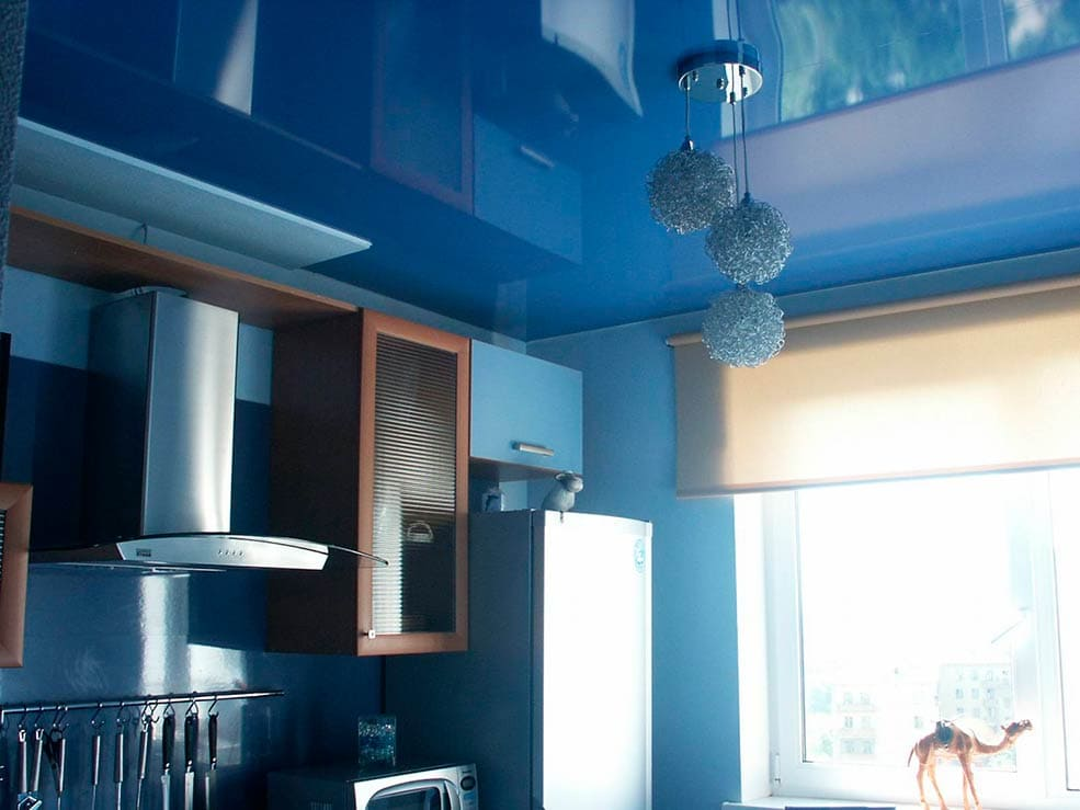 натяжной-потолок-на-кухне