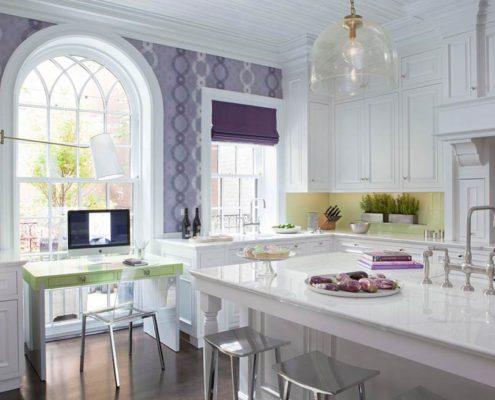 сиреневые-шторы-на-белой-кухне