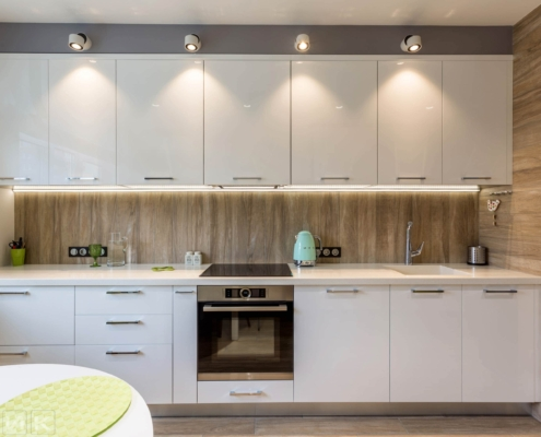 Белая-кухня-модерн-с-(Led)-лед-подсветкой-1005