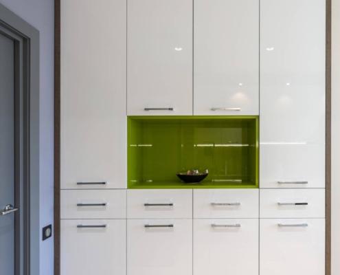 Шкаф на кухне с зеленой нишей