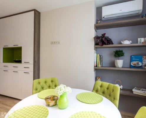 шкаф и открытые полки на кухне