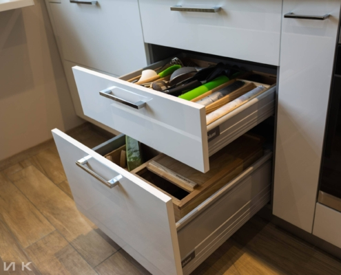 Ящики выдвижные BLUM на белой кухне