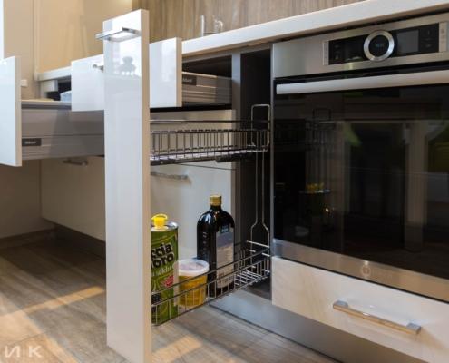 Карго выдвижное на белой кухне