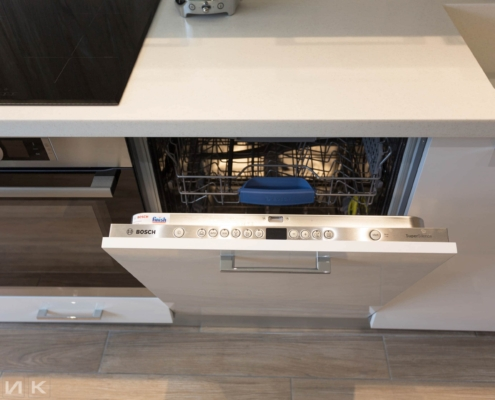 Посудомоечная машина Bosch на белой кухне
