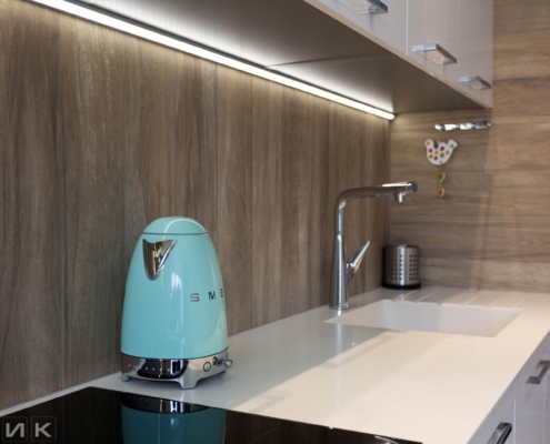 Чайник SMEG на белой кухне