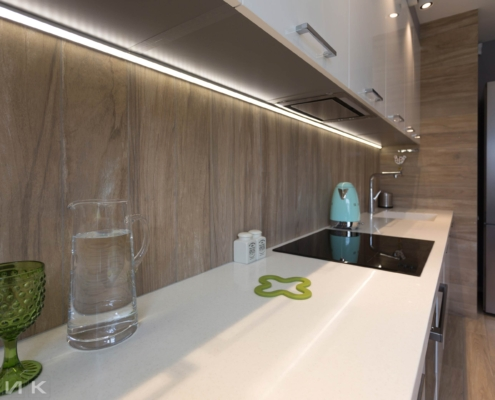Столешница из искусственного камня на белой кухне