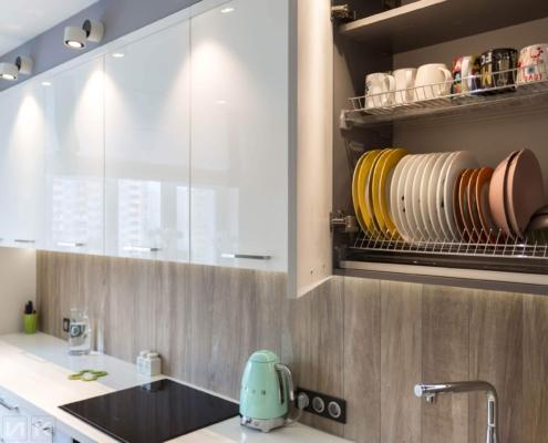 Сушка для посуды на белой кухне