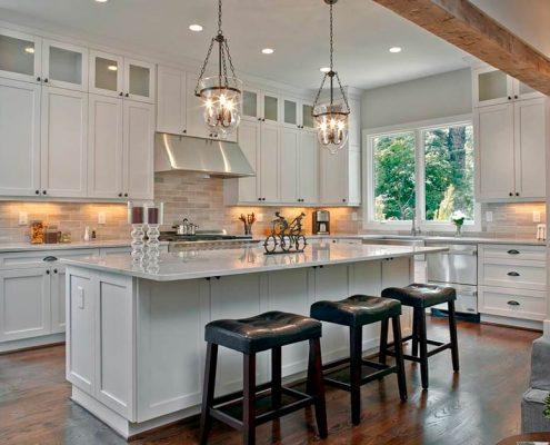 светлая-угловая-кухня-в-частном-доме