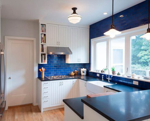 синий-кафель-на-белой-кухне