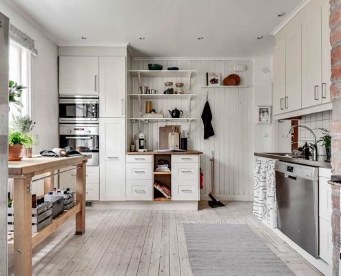 кухня-в-частном-доме-в-белых-тонах