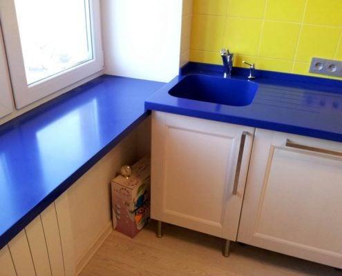 синяя-столешница-на-кухне