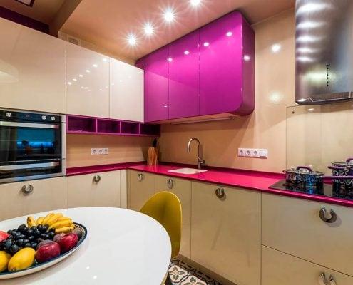 яркий-дизайн-кухня-9-кв-м