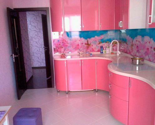 гнутая-розовая-кухня