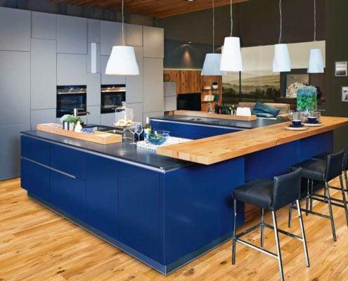 столешница-дерево-на-синей-кухне