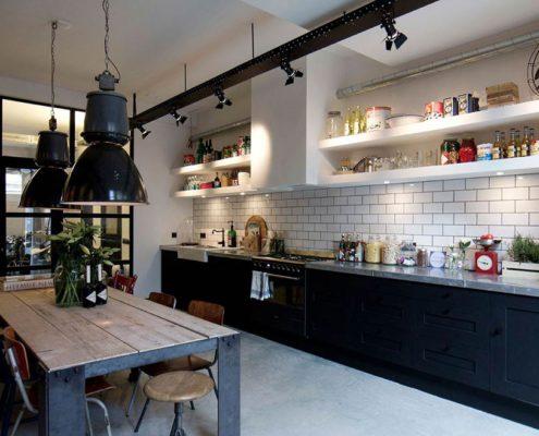 бронзовые-детали-тёмно-синяя-кухня