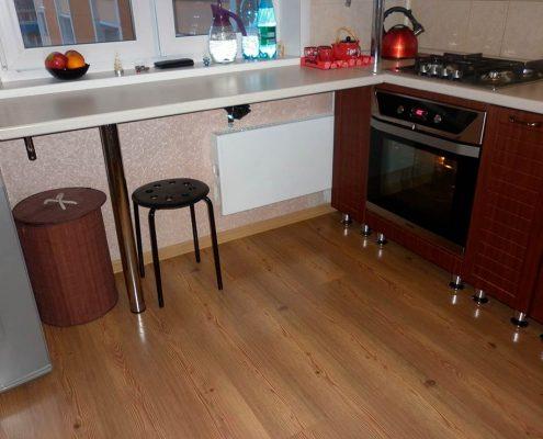 подоконник-на-маленькой-кухне