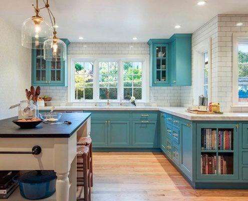 кухня-в-частном-доме-с-мойкой-у-окна