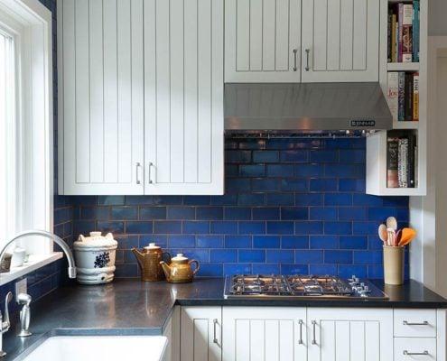 синий-кафель-на-кухне