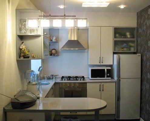 маленькие-кухни-с-холодильником