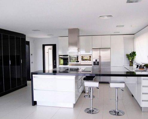 чёрно-белая-кухня-студия