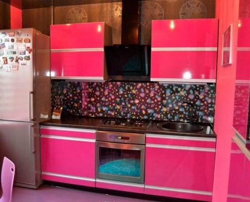 чёрно-розовая-кухня