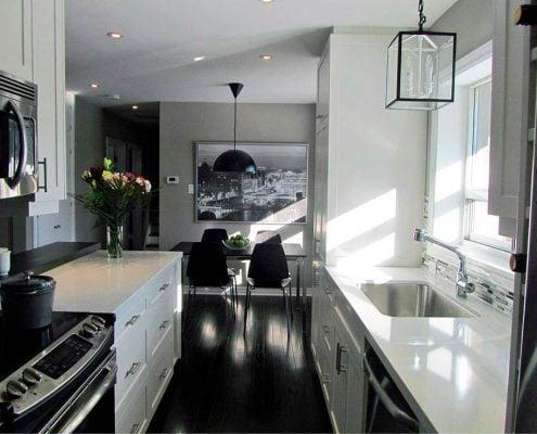 чёрно-белая-узкая-кухня