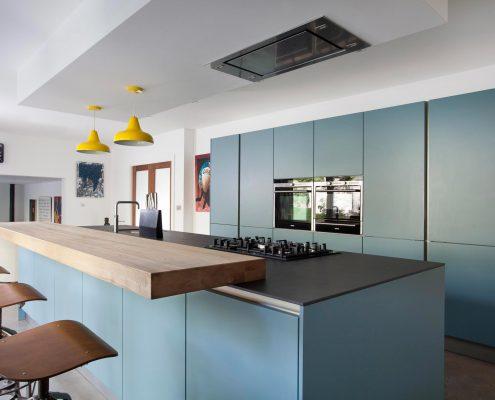 кухонный-гарнитур-минимализм-с-островом