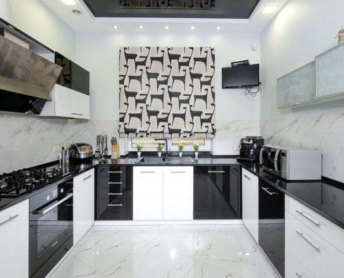 п-образная-кухня-чёрно-белая