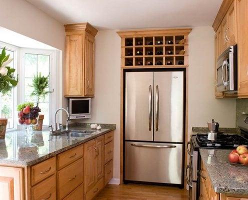 узкая-кухня-дерево