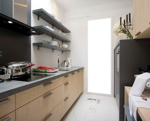 узкая-кухня-с-полками