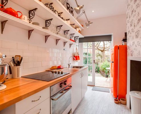 узкая-кухня-в-доме