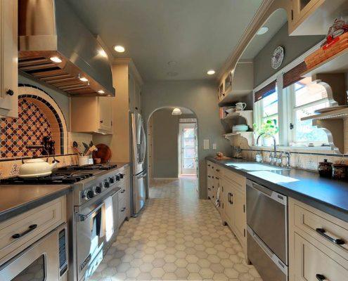 узкая-кухня-в-серых-тонах