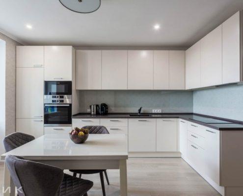 Бежевая-кухня-модерн-под-потолок