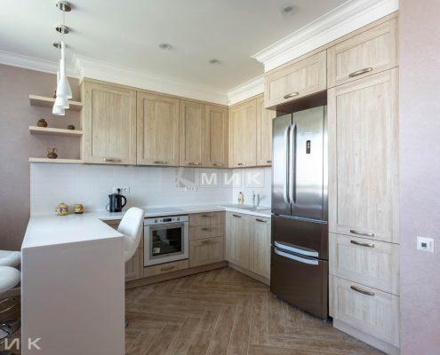 Кухня-под-потолок-с-барной-стойкой