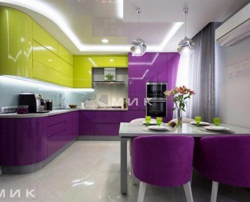 Кухня-студия-желто-фиолетовая-под-потолок