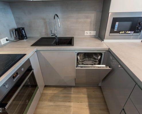 бело-серая-кухня-черная мойка