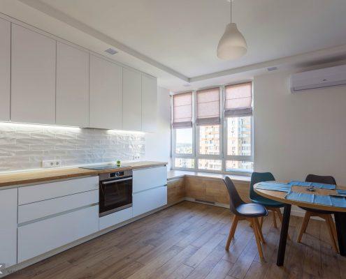 белый-кухонный-гарнитур-с круглым столом