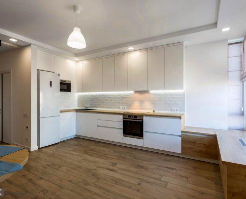 угловой-белый-кухонный-гарнитур-в-интерьере-1007
