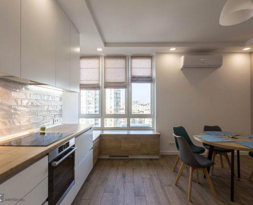 белый-кухонный-гарнитур вид на окно