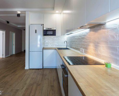 белый-кухонный-гарнитур-и белый холодильник