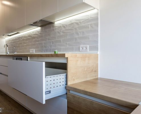 белый-кухонный-гарнитур-и ящик блюм