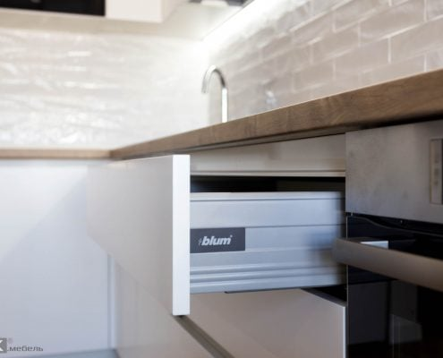ящик блюм в белой кухне