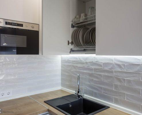 ящик с сушкой в белой кухне