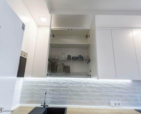 сушка для посуды в белом кухонном гарнитуре