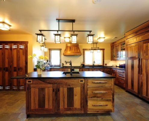 кухни-под-потолок-дерево