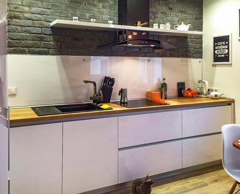 кухня-модерн-без-навесных-шкафов-фото